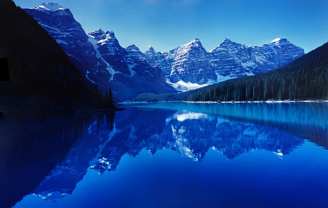 This image has an empty alt attribute; its file name is moraine-lake-740473_640.jpg